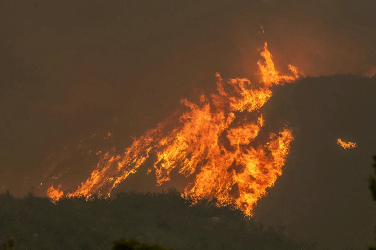 10,000 evacuated, 4 dead as fires engulf South African town
