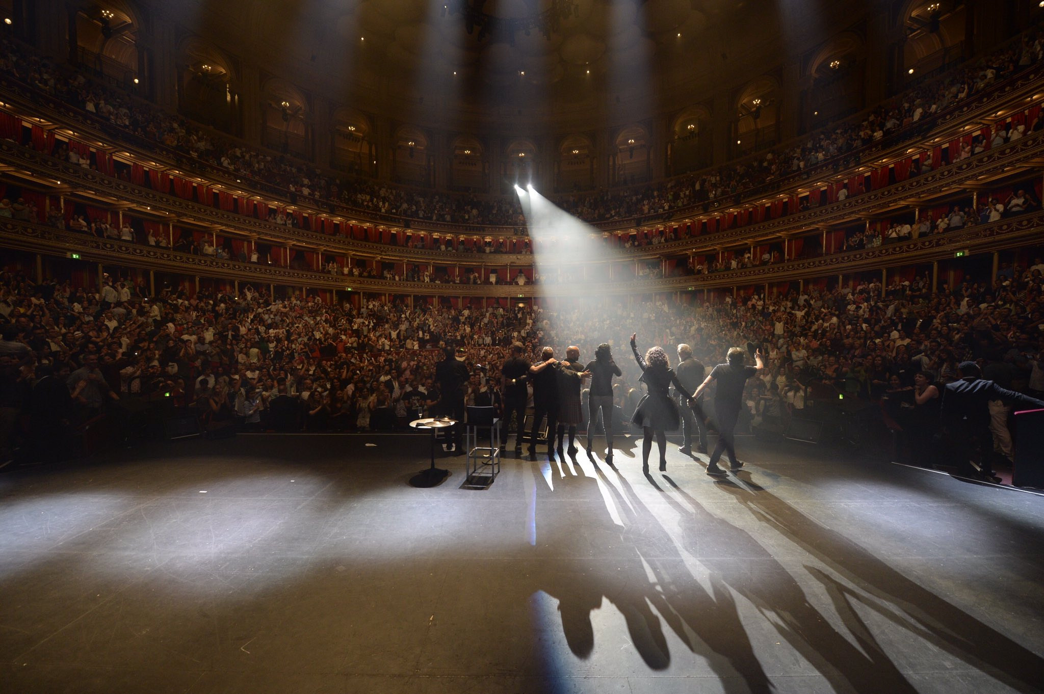 """""""Lo último que podía soñar, ni en el mejor de mis sueños, es que iba a acabar tocando en este escenario.."""" Royal Albert Hall 15/06/17 https://t.co/9GQVjJTOKY"""