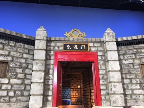 【生死一劍メイキング】赤い門も取り付けられ、背景セット制作完了です!派手な門と、そこに掲げられた「朱雀門」という文字。何