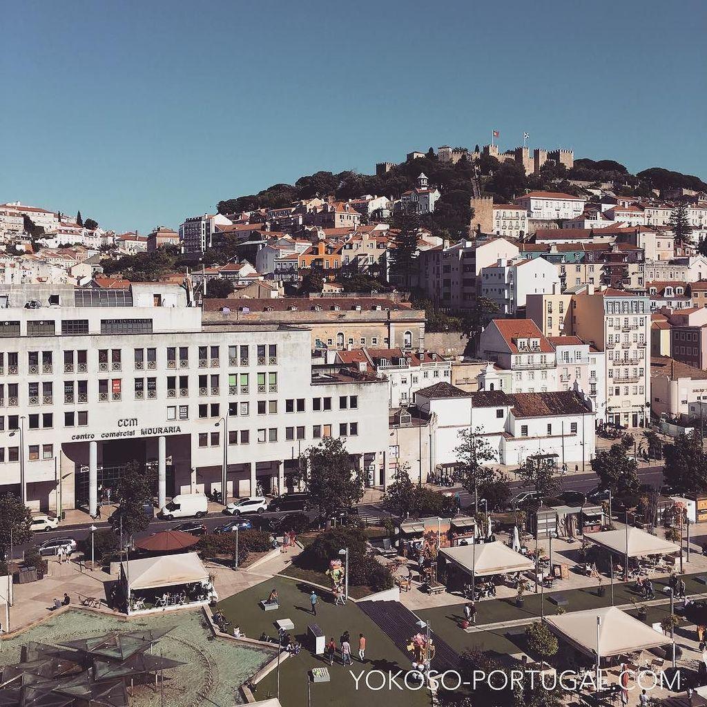 test ツイッターメディア - リスボンのマルティン・モニス広場とサン・ジョルジュ城。 #リスボン #ポルトガル https://t.co/2RQuSYtxun