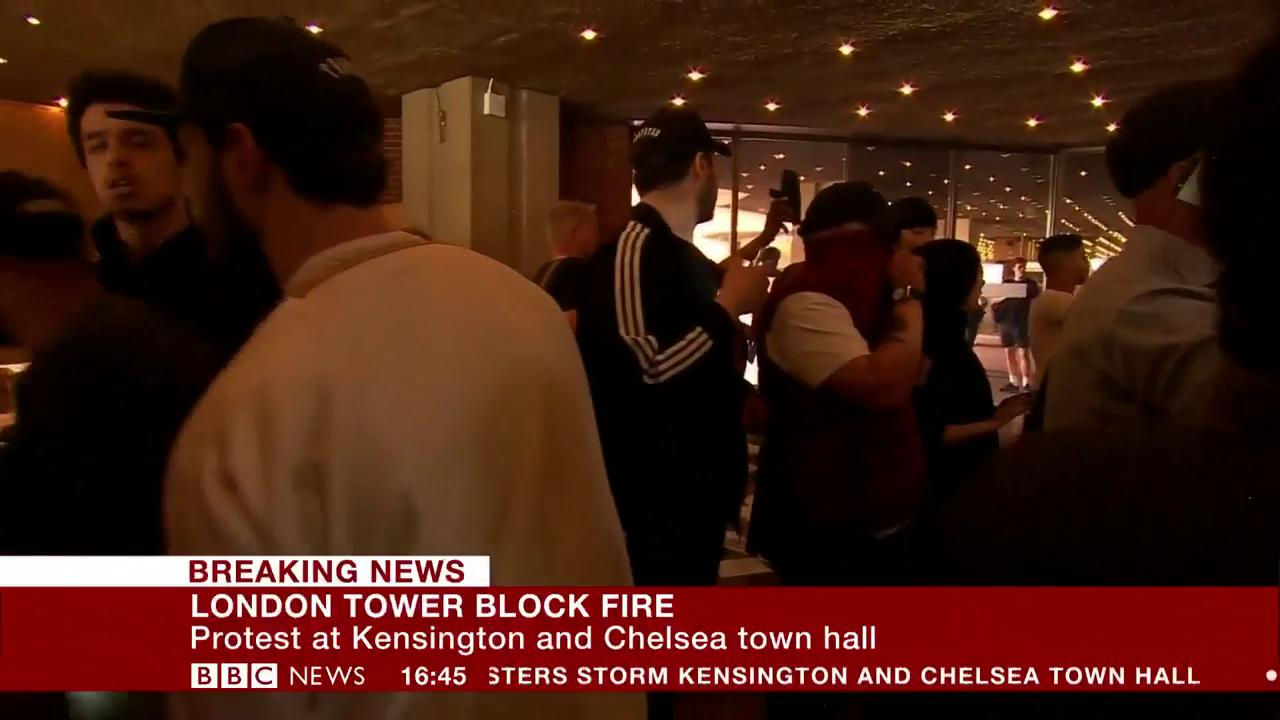 #GrenfellTower demonstrators continue protest inside Kensington and Chelsea town hall https://t.co/CLEIhCldzN https://t.co/6d2uNXWEit