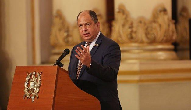 Presidente de Costa Rica se come una avispa en conferencia de prensa