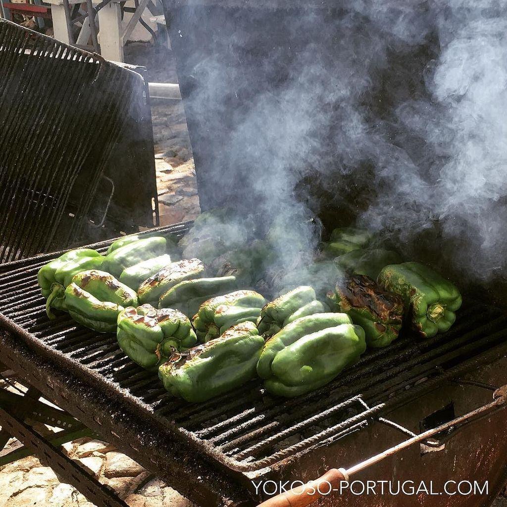 test ツイッターメディア - ポルトガル夏のサラダ、Salada de Pimentos。真っ黒に焦がして焼いたパプリカの皮を剥き、オリーブ油とビネガーでマリネしたさっぱりサラダ。 #ポルトガル料理 https://t.co/v5xihPYPPU