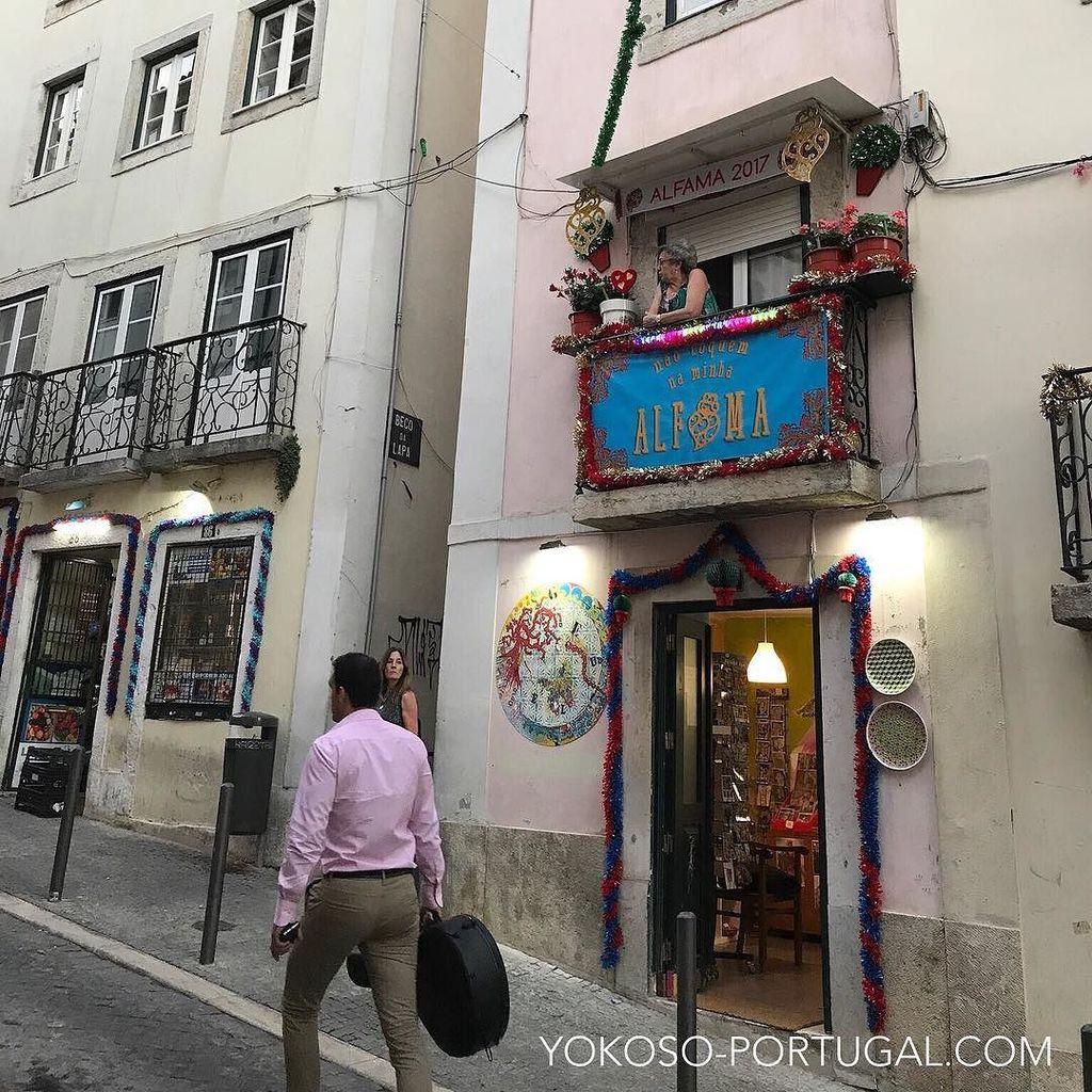 test ツイッターメディア - リスボンのアルファマ地区。バルコニーに飾られた聖アントニオ祭のデコレーションと演奏に向かうファドギターリスト。 #リスボン #ポルトガル https://t.co/rJ8fvTTODr