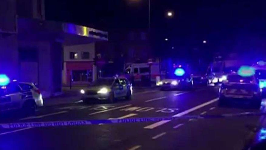 Van slams into crowd leaving #London mosque, one arrested https://t.co/w7Dn9Ucxt4 https://t.co/f5hXUNFKd7