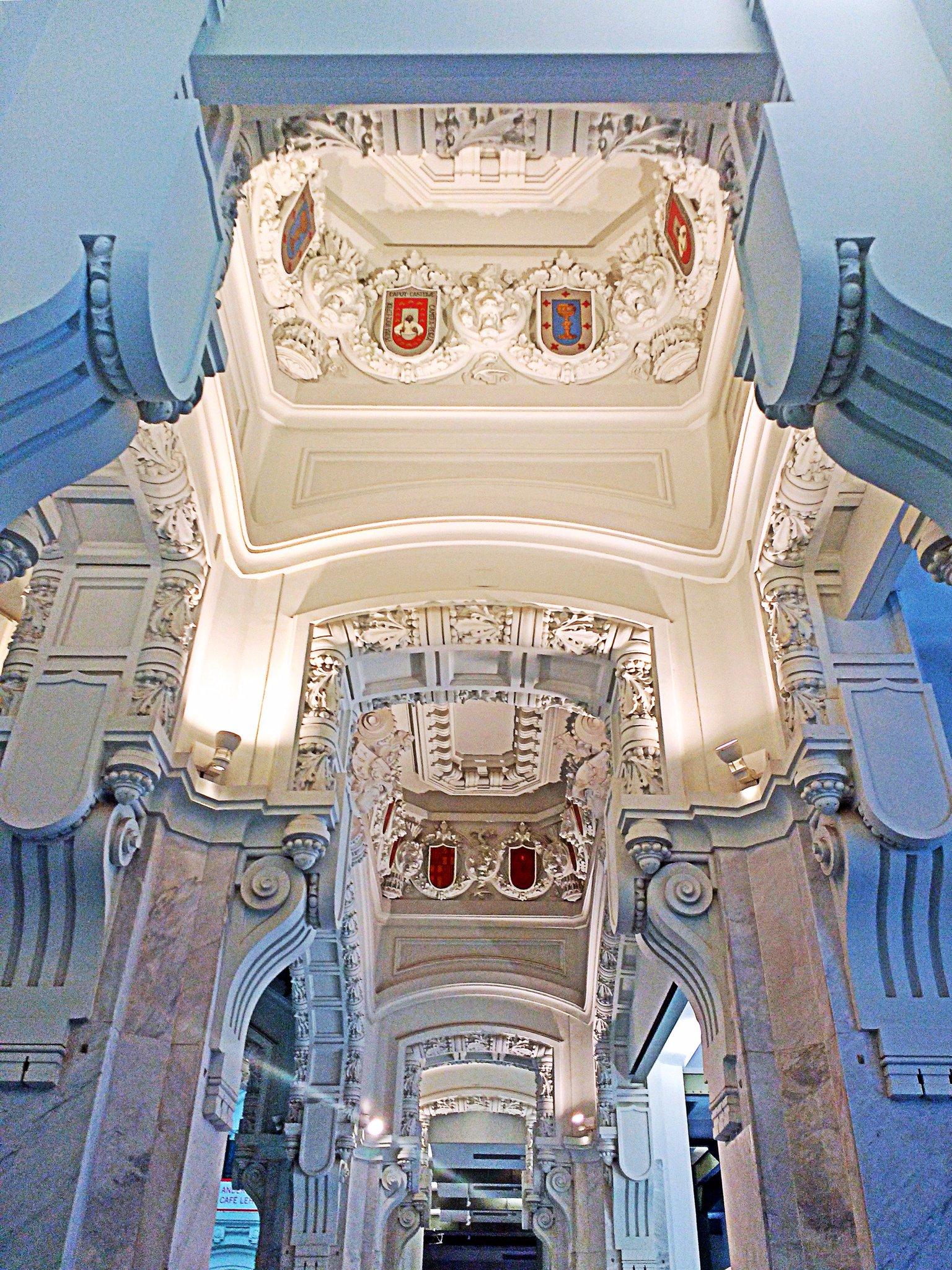La maravillosa y espectacular simetría del Palacio de Comunicaciones, del genial Antonio Palacios, siempre me sorprende #Madrid https://t.co/ue3QOyTlPd
