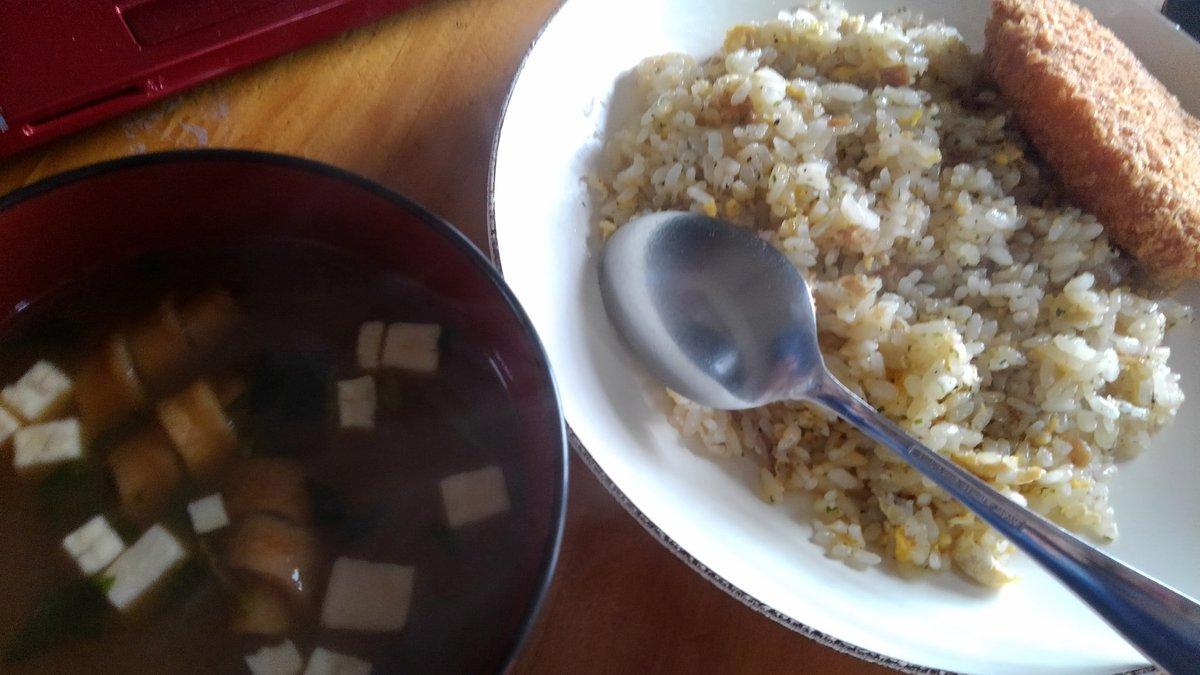 #オカン の昼食グリコの素で仕上げたガーリックライスに1個20円の激安コロッケ。&アマノフーズのフリーズドライ味