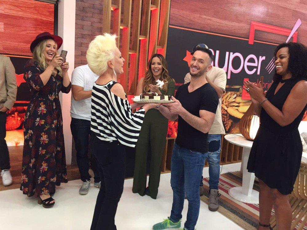 Diego Hypolito. Foto do site da RD1 que mostra Diego Hypólito ganha bolo surpresa de Ana Maria Braga em lançamento de reality show