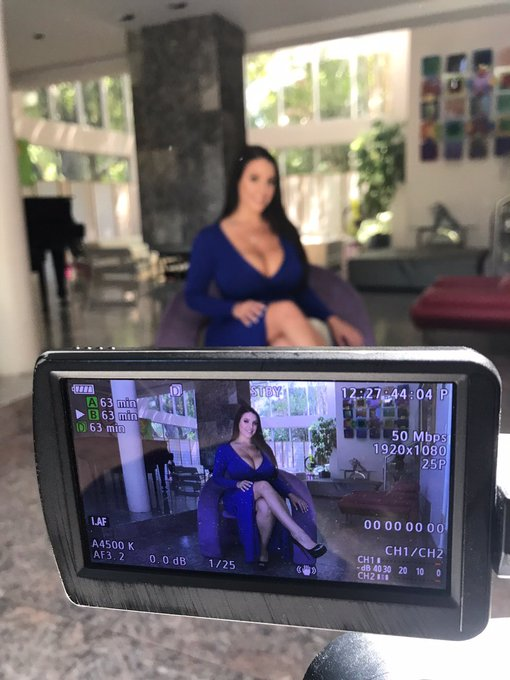 2 pic. Behind the scenes during my interview for Dorcel TV @dorcel 💕 https://t.co/IoAxGj7KAj