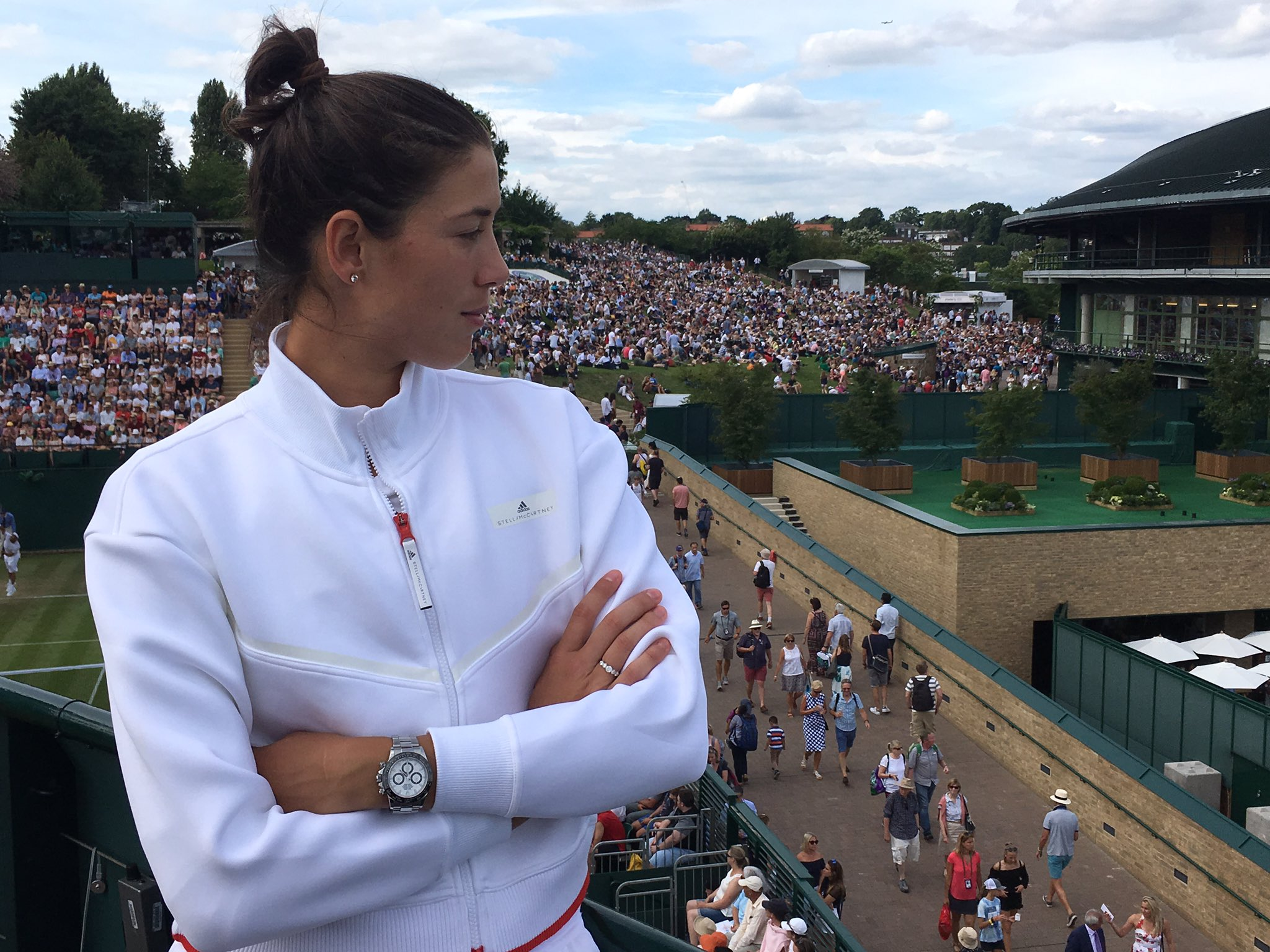 Pedazo vista desde el centro de TV. Está petado!  Great view from the TV compound roof. It is packed! @Wimbledon https://t.co/zM9dZLRoA9