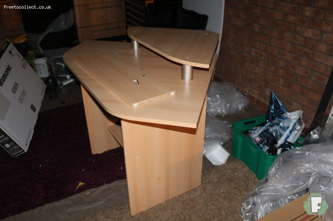 Computer desk free to collect (chesterfield) freebies freestuffuk freetocollectuk
