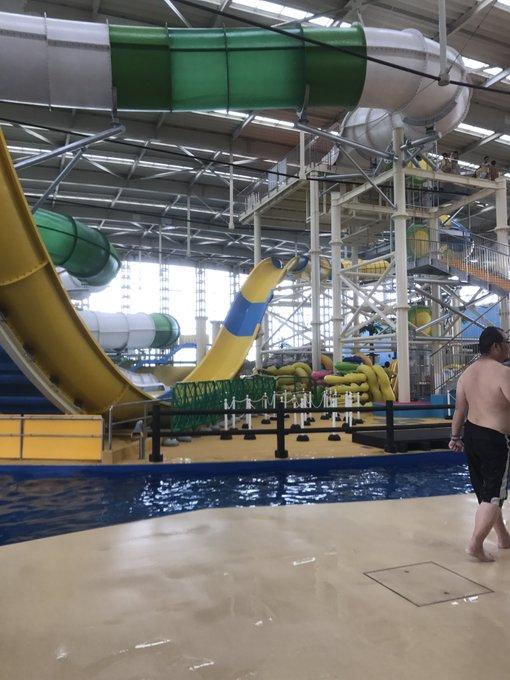 2 pic. 今年初のプールに 行ってきました!♡(´˘`๑) 全身筋肉痛になりましたw でもやっぱりたのしー!! スライダー的なんに初挑戦したけど 怖楽しかった(・゚д゚`≡・゚д゚`) あと水中でおっぱい撮ってみたw #スパワールド