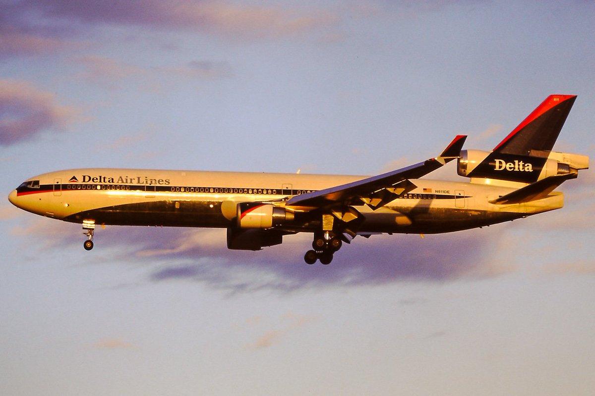 短命だったけどデルタ2世代前の塗装好き。日没直前のゴールデンタイム成田RWY34ファイナルのDELTA MD-11 N8
