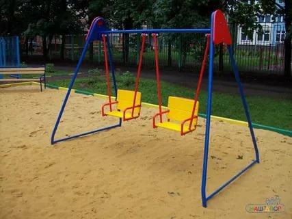 Качели детские во дворе