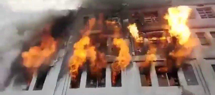Varios muertos en un incendio en una nave de material de ferretería en el centro de Lima ►