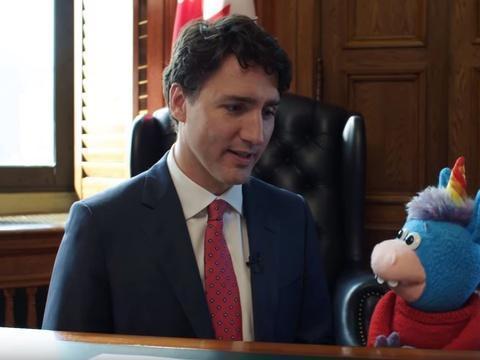 VIDEO. Vraiment cool...Justin Trudeau fait un câlin à une licorne en peluche