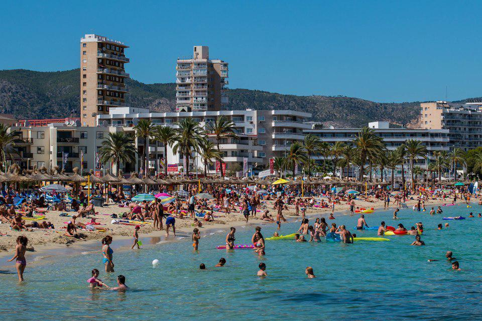 Brit holidaymakers targeted by compensation touts who are behind tourists bagging £2,000 for bogus sickness claims