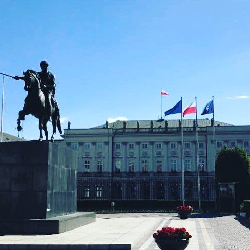 Our pal Ron snaps a shot of the Presidential Palace in Warsaw, Poland. Tasteful flag display. Rider/lead going out! https://t.co/0l6LHxu7oN https://t.co/CMOjOxkhxT