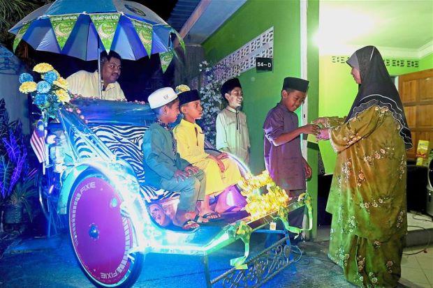 Trishaw man cherishes Raya time with his children - Nation