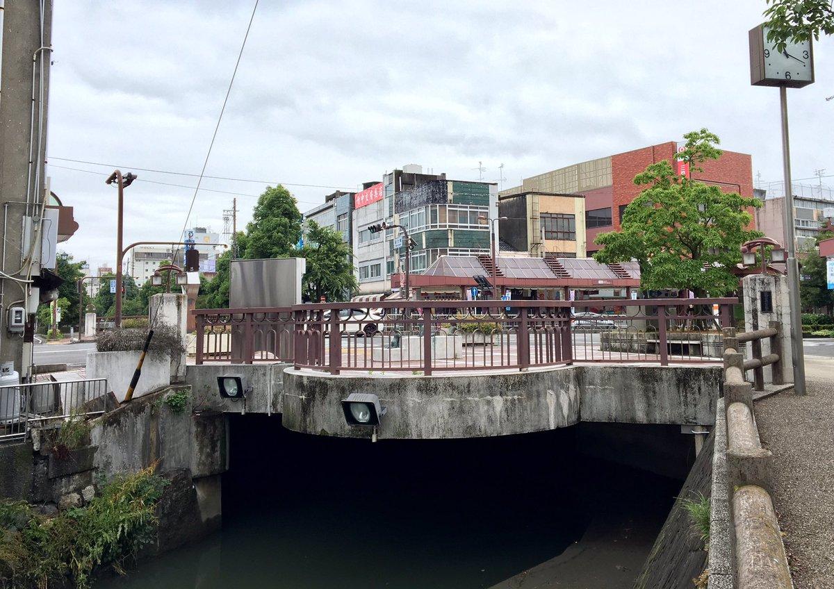かろうじて雨降ってない、今日の新大橋。何回目にして、観光ノボリも選挙看板も屋台も何もない新大橋。嬉しい。水門証券の看板は