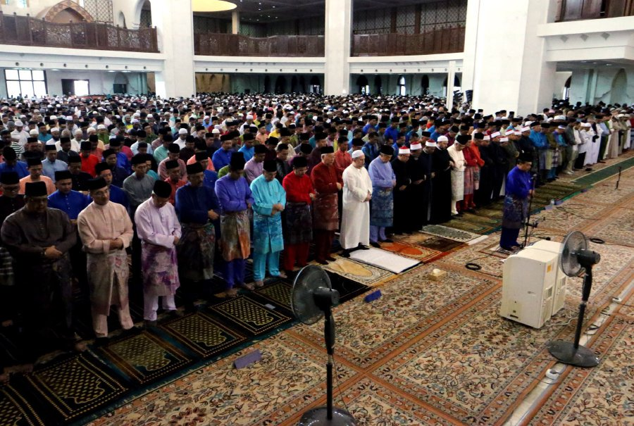 King performs Aidilfitri prayers with 17,000 worshippers