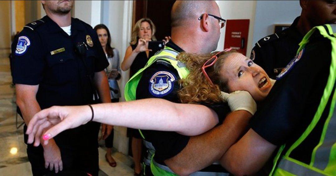 В США инвалиды захватили приемную сенатора Макконелла, протестуя против закона о здравоохранении. Полиция не церемонясь вышвырнула их вон.. https://t.co/NgATpMzvro