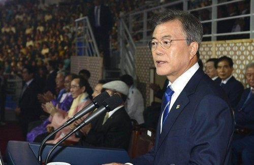 Moon says sports can create peace, invites N. Korea to PyeongChang Olympics