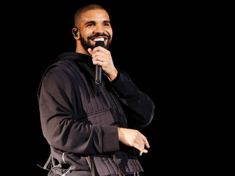 Drake is having child with model