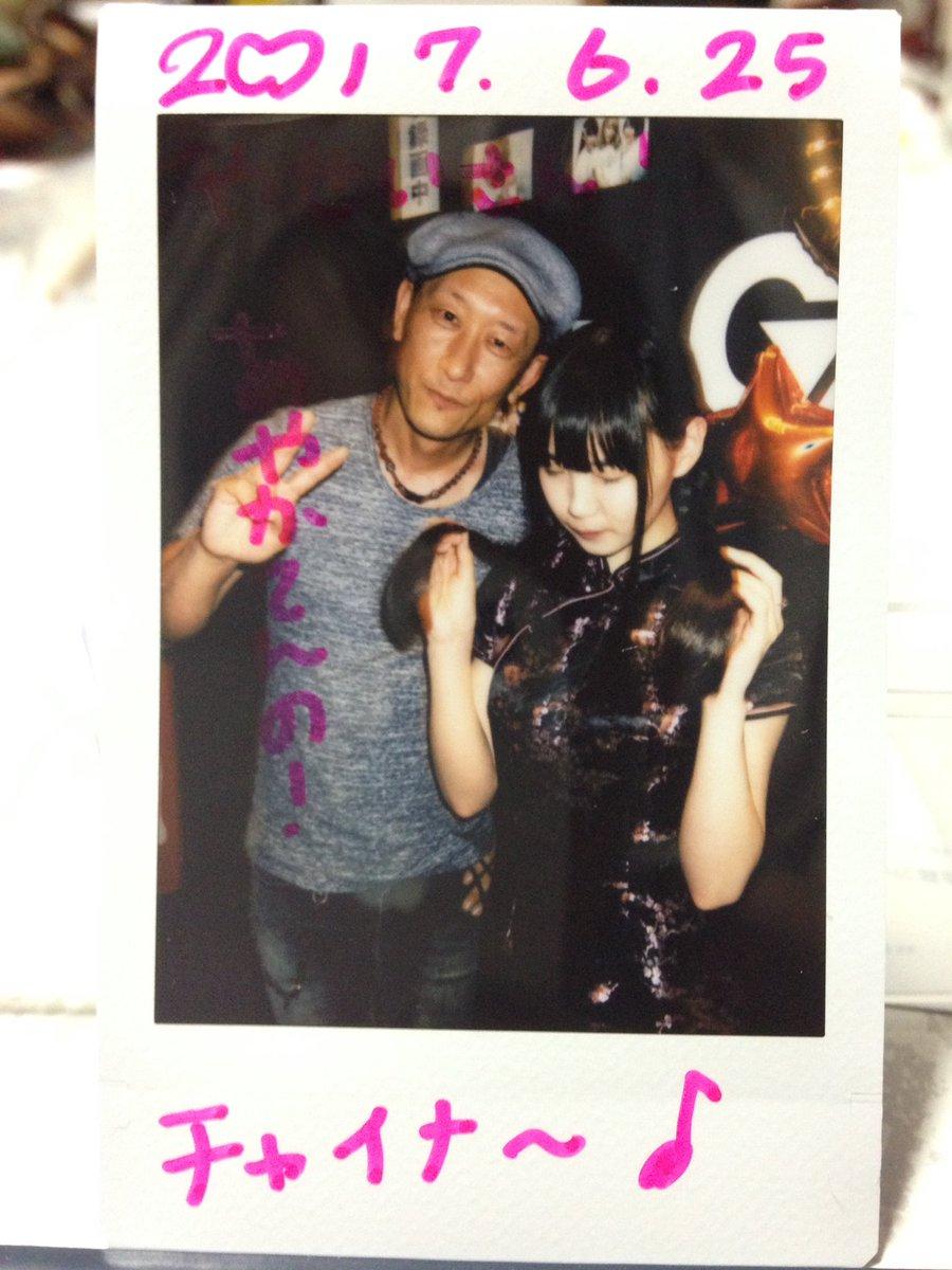 今日2部の姫庭はチャイナ服、最後に菫さんと初チェキ俺「初めまして~」菫「いつも見てましたよ」俺「いつも?」菫「ライブとか