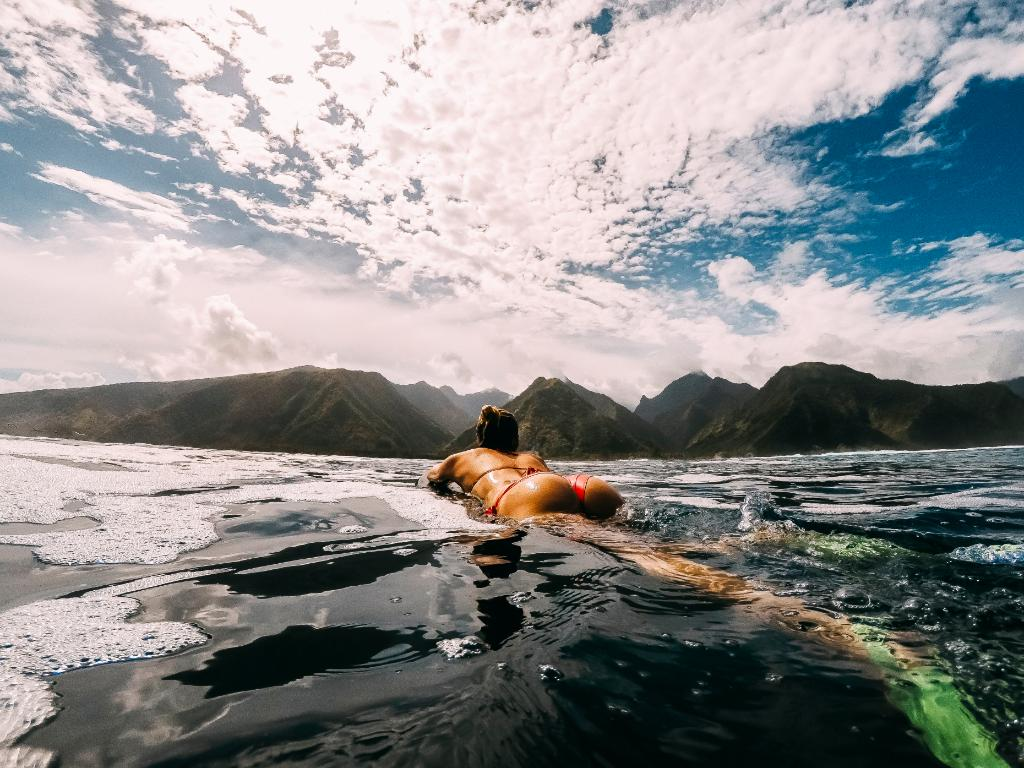 Photo of the Day: Lola Picot cruising the waters of Teahupoo on a peaceful day with surf photographer, @bibby_pics https://t.co/9qAF1qyHO1