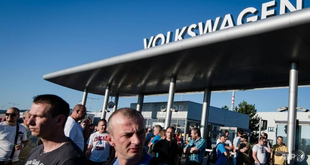 Volkswagen Slovakia workers win wage hike, end strike