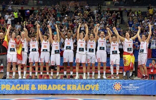 Campeonas de Europa!! ゚ヌᆰ゚ヌᄌ゚マタ Menudas cracks ゚メᆰ゚マᄏ゚メᆰ゚マᄏ゚ヤン゚ヤン  #EuroBasketWomen2017  #YaSonL3yenda #Selfem https://t.co/R3uhW5g1Yk