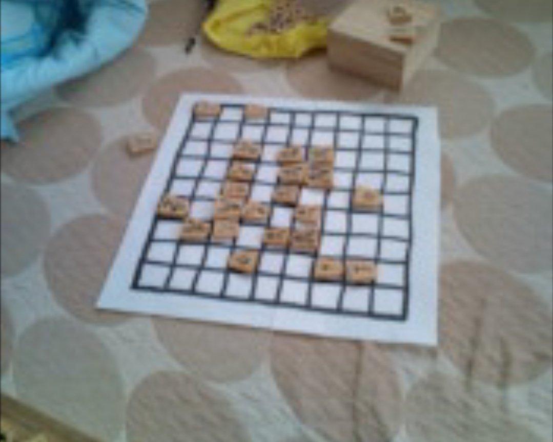 当時3月のライオン読んで将棋やりたくなったけど、何故か駒はあるのに将棋盤がなくて厚紙に手作りしたやつ…ガラケーの画像荒い