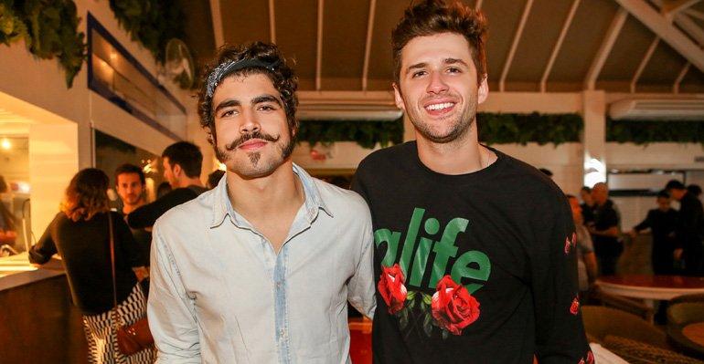 Gil Coelho. Foto do site da Caras Brasil que mostra Caio Castro e Gil Coelho curtem festas em Jurerê Internacional