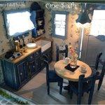 居間と食堂と台所とが一つの部屋のテーブル、フランチェスカはロバートにお茶をご馳走します。アイオワ州マディソン郡ウインター