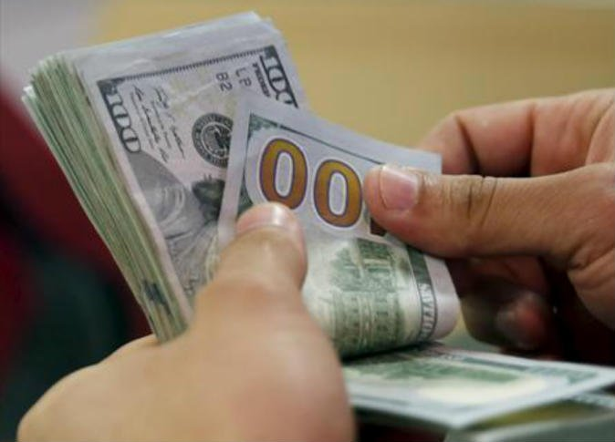 الدولار يتراجع أمام سلة العملات الرئيسية
