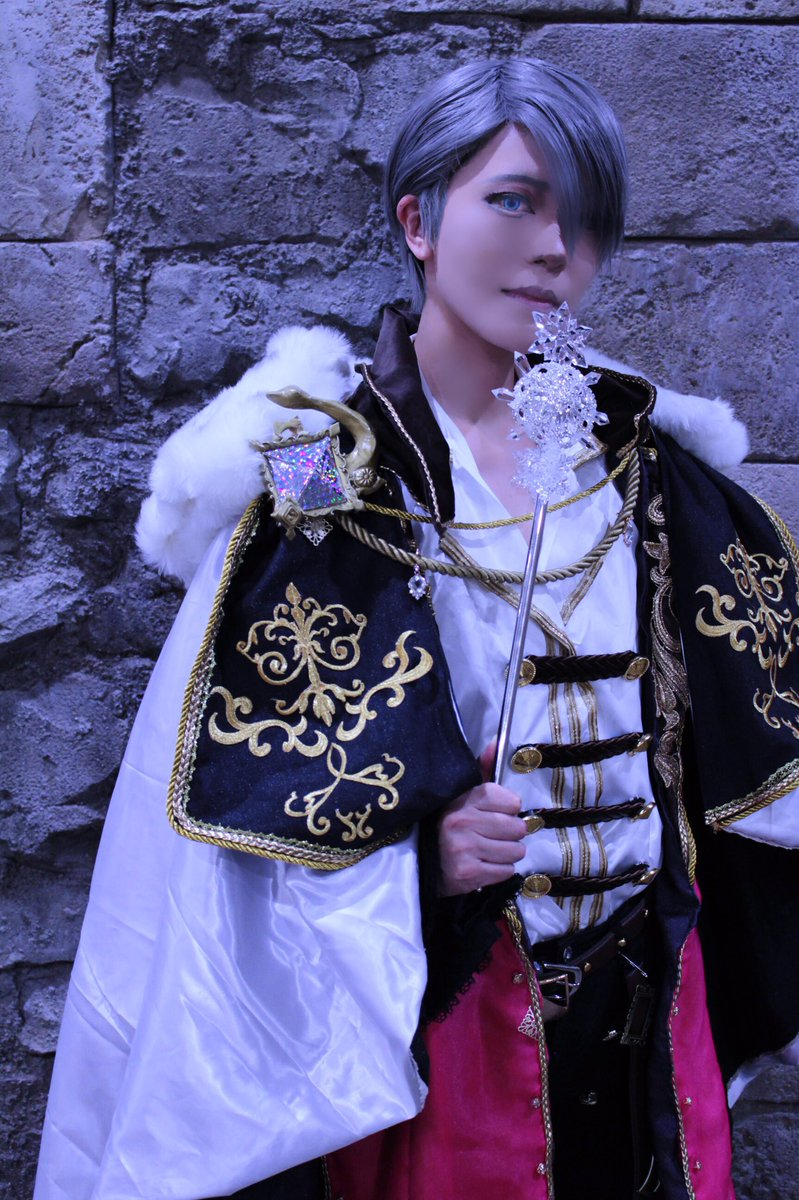 【コス】ユーリ!!! on Iceヴィクトル(バハムート)ねえ、知ってる? 氷の国のお城には魔法使いが住んでて、ずっと勇