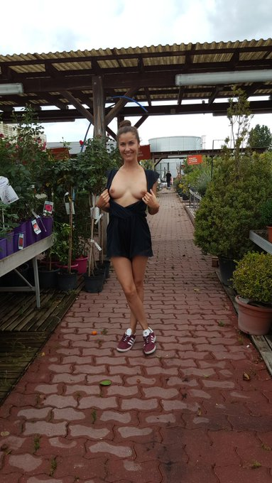 Et un petit coucou de chez Jardiland 😊 #flashboobs #flashing #publicflashing #tits #boobs #nsfw #sexy