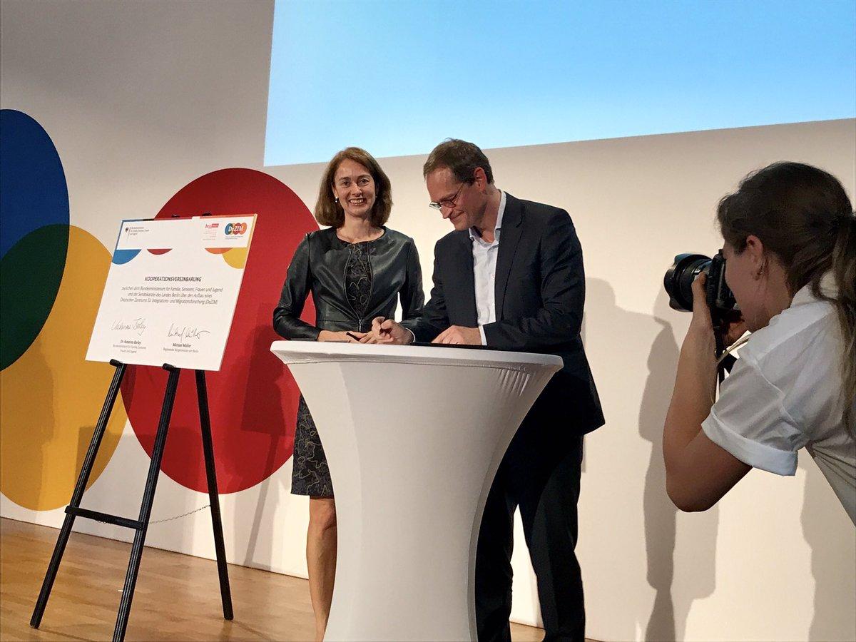 Bundesfamilienministerin @katarinabarley und Michael Müller unterzeichnen die Kooperationsvereinbarung zum #dezim. https://t.co/wonIAISnRq