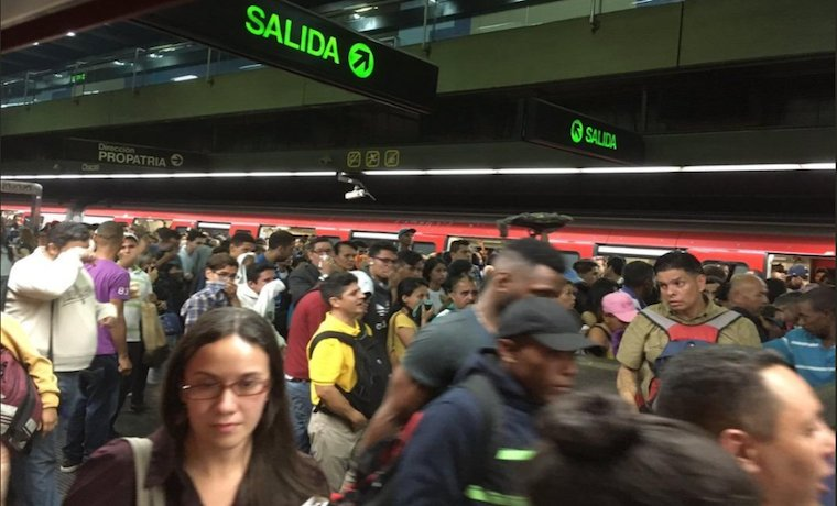 #GNB lanzó bombas lacrimógenas dentro de la estación #Chacao https://t.co/K4xqlMON4Q https://t.co/gkfQIOVrxy
