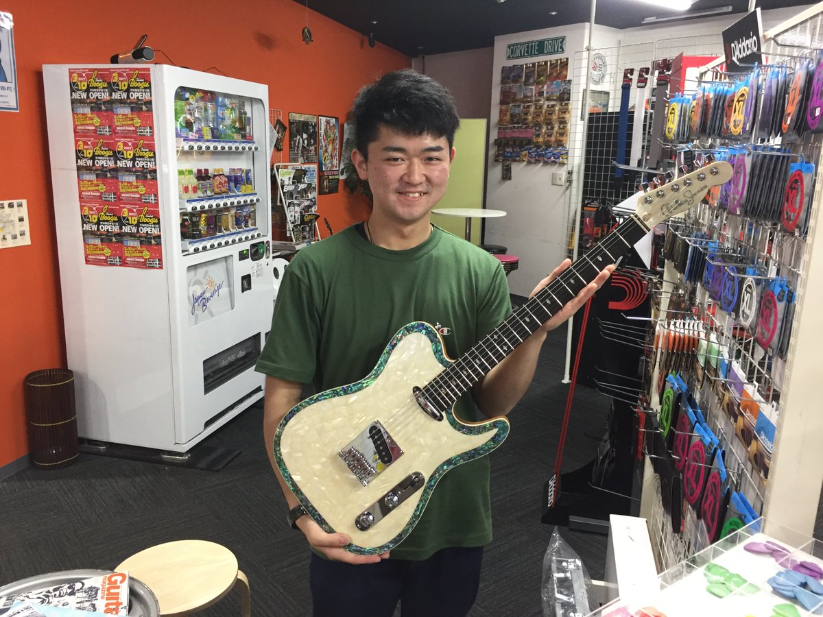 Boogie小倉店です!ギタリストのシケ君が個人練習でご来店!自慢のPRSと共に撮影しました!そんな彼、PAPAIYA