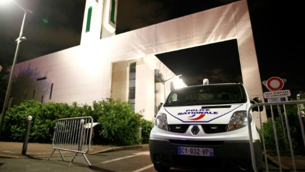 Driver held after ramming barriers outside Paris mosque