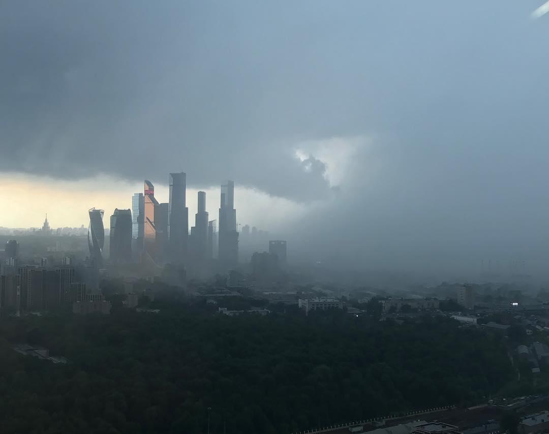 В москве в результате урагана погибли девять человек