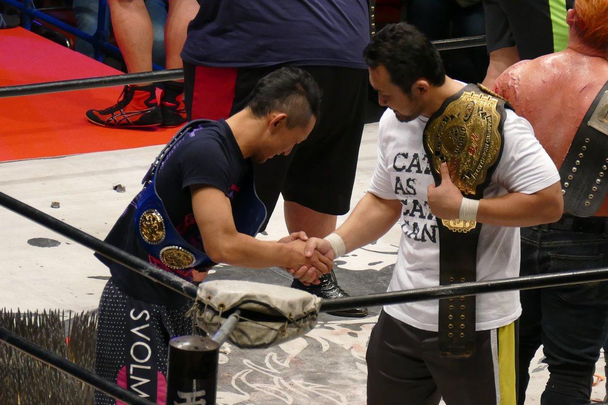 最後に選手集合してる時忍と鈴木が何か話をして握手をしてた(笑)去年の一騎当千でこの二人対戦したのよね、しかし忍は細マッチ