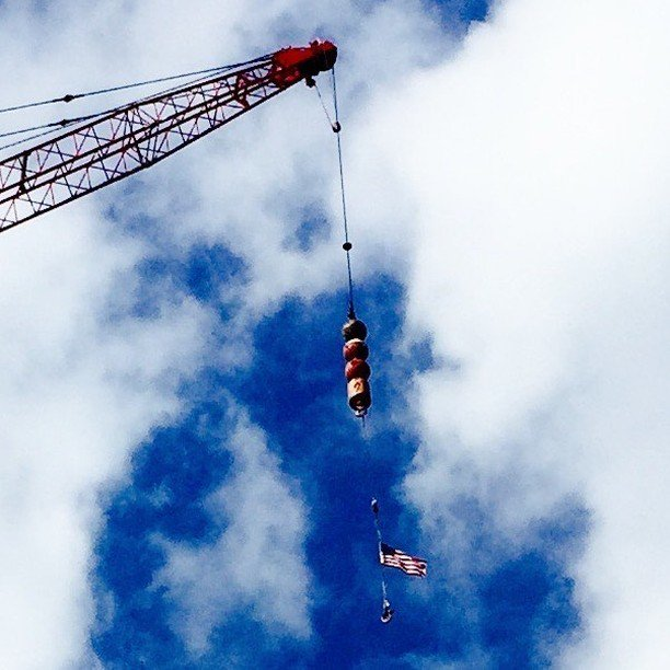 Fly your flag high in the sky. How high is this giant boom. Building @NorthwesternUniversity Under construction. #… https://t.co/Yfvt6XDlT6 https://t.co/rjt3VELGfp