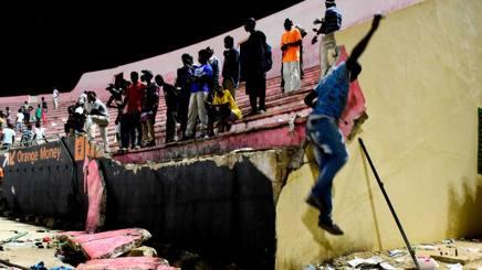 Senegal, scontri tra tifosi allo stadio di Dakar: 9 morti