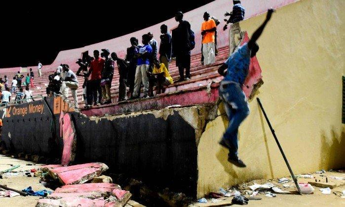 Estádio de futebol desaba no Senegal, mata oito pessoas e fere mais de 50