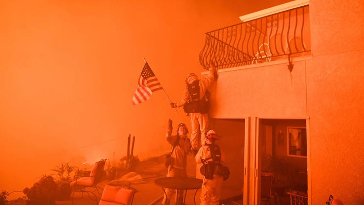 Praise pours in for firefighters pictured saving American flag in Oroville wildfire https://t.co/2qmaltnrGH https://t.co/wTaEUGbaqF