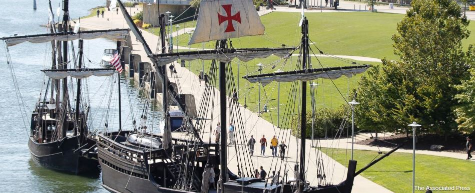 Replicas of Columbus' ships heading up New York river