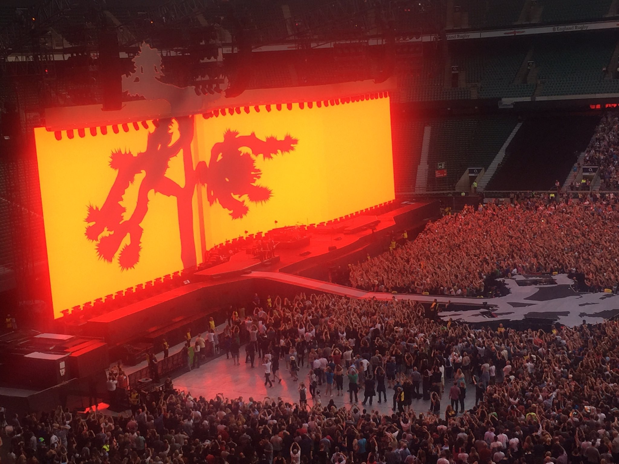 Huge night in every way. Fantastic performance as ever....30 yrs on but feels just like yesterday #U2JoshuaTreeTour2017 https://t.co/3cYz6Aj60c